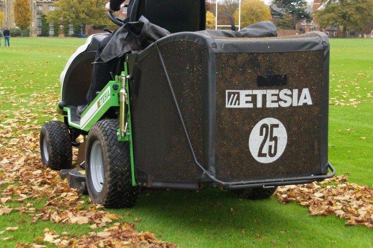 Etesia Hydro 124 collecting leaves.jpg  rev.jpg