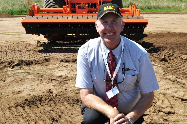 BLEC md Gary Mumby with the new Blecavator Vibra Screen Stoneburier with vibrating soil screener DSC 0747