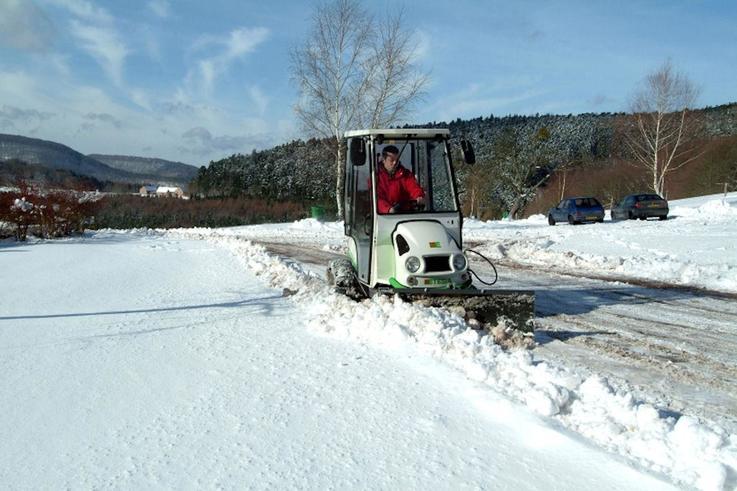 Etesia\'s Hydro 100 mower clearing snow.JPG