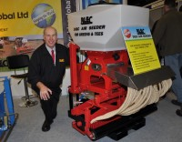 BLEC\'S GARY MUMBY WITH THE NEW DISC AIR SEEDER FOR TEES AND GREEN AT BTME 2013 DSC 0222