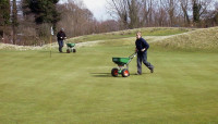 AB Fertilising green with granular product in Spring