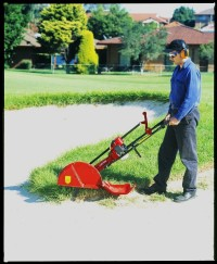 Atom Bunker Edger from DJ Turfcare in action