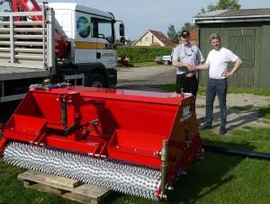 Gary Mumby delivers the BLEC Multiseeder to Kenneth Olsenn at Korsor Stadium in Denmark P1080104